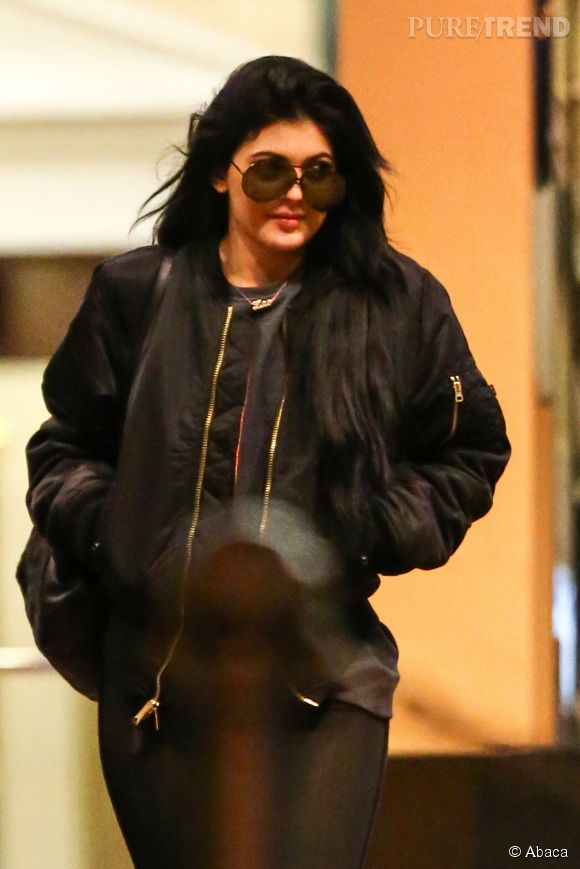 Si Kylie Jenner la joue bimbo sur les réseaux sociaux, elle se fait plus discrète à la ville.