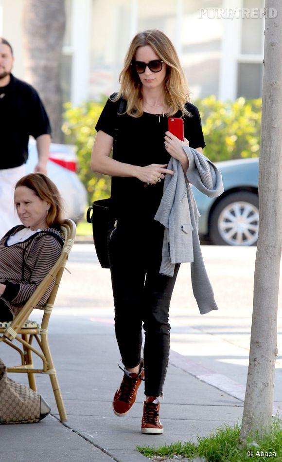 Lunettes oversized, sac porté à l'épaule et sneakers montantes au programme pour l'actrice Emily Blunt le 26 février 2015 à West Hollywood.