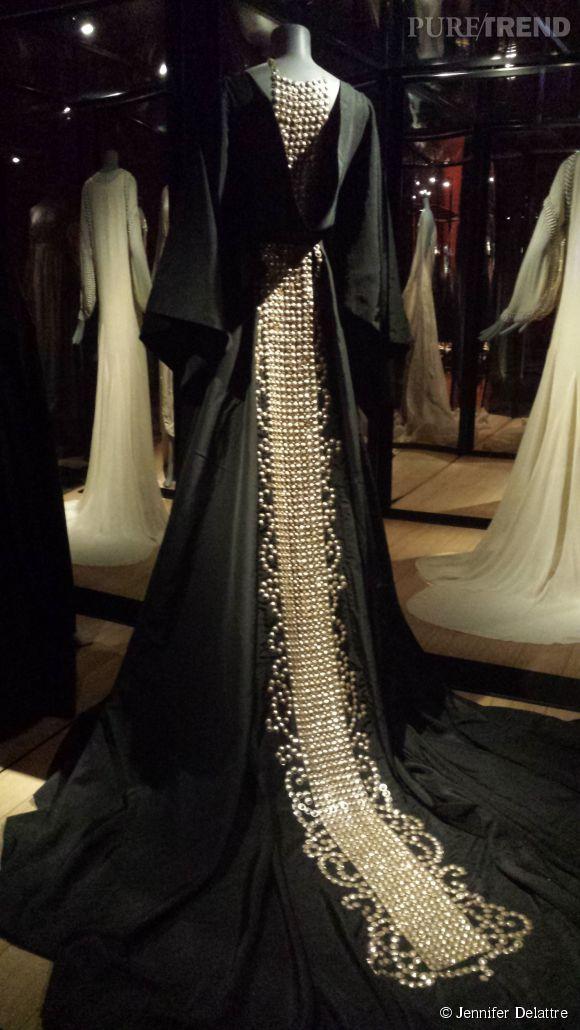 Le manteau en taffetas, manche kimono et décolleté dos bénitier, broderies de paillettes, actuellement exposé au Musée Galliera pour l'exposition consacrée à Jeanne Lanvin.