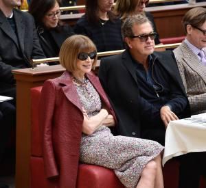 Anna Wintour, Mario Testino et Hamish Bowles en front row du défilé Chanel Automne-Hiver 2015/2016 à Paris le 10 mars 2015.