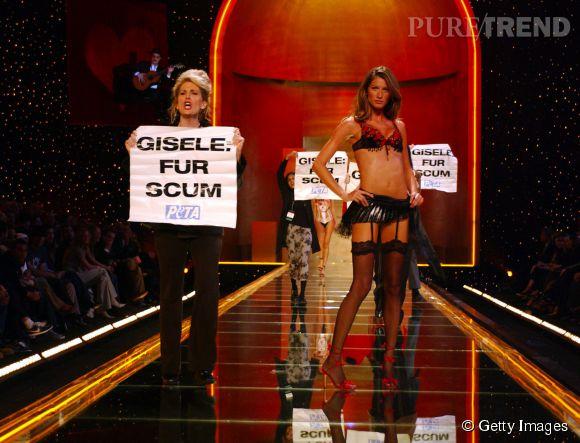 Gisele Bündchen défile pour Victoria's Secret en 2002.
