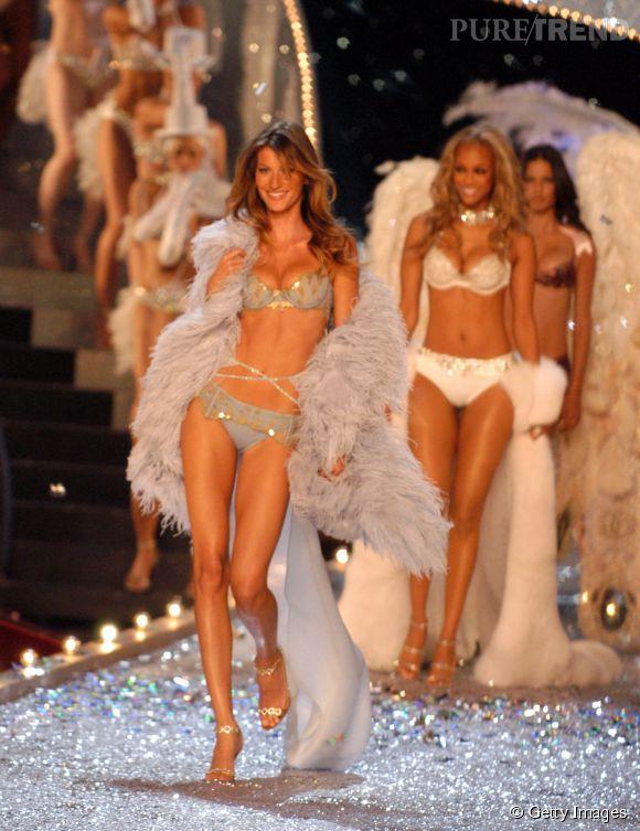 Gisele Bündchen défile pour Victoria's Secret en 2003.