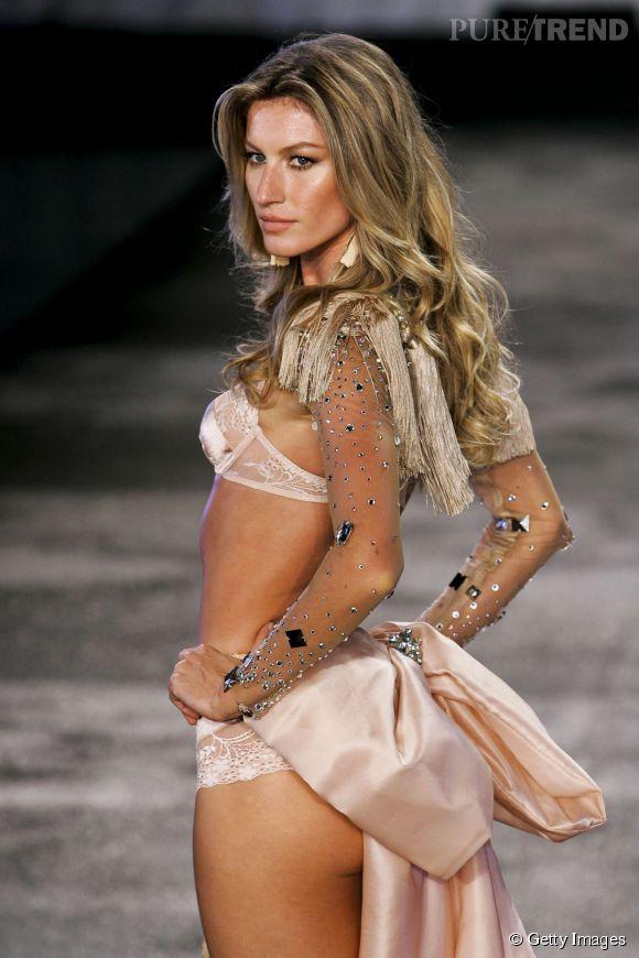 Gisele Bündchen défile pour sa propre ligne de lingerie en 2011.