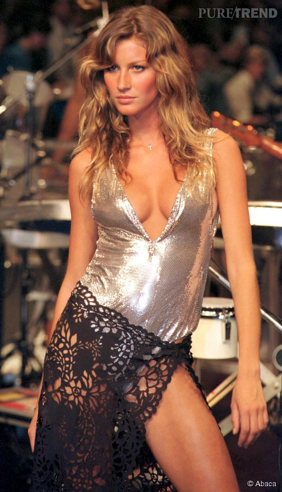 Gisele Bündchen défile pour Carlos Miele en 2000.