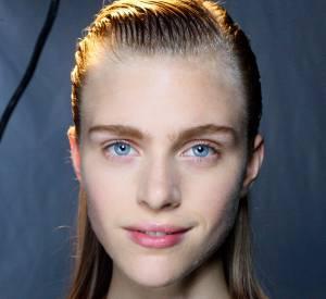 Si vous avez les cheveux raides, osez le wet look pour une coiffure glamour facile et rapide à faire. Inspiration : défilé Proenza Schouler.