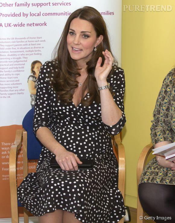 Kate Middleton, future maman sexy en robe décolletée.