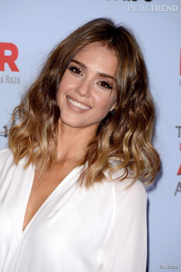 Connu Jessica Alba sexy affiche une it coiffure : carré flou et tie and  QS87