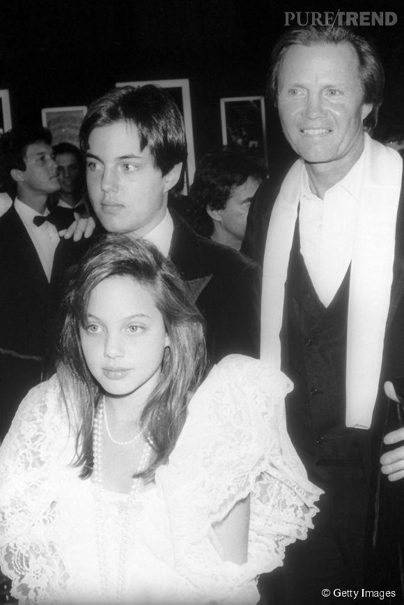 Angelina Jolie avec son père et son frère. On la reconnaît sans problème !
