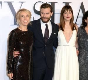 """Sam Taylor-Johnson avec Jamie Dornan, Dakota Johnson et la """"terreur"""" E.L. James lors de première à Londres du film """"50 Nuances de Grey""""."""