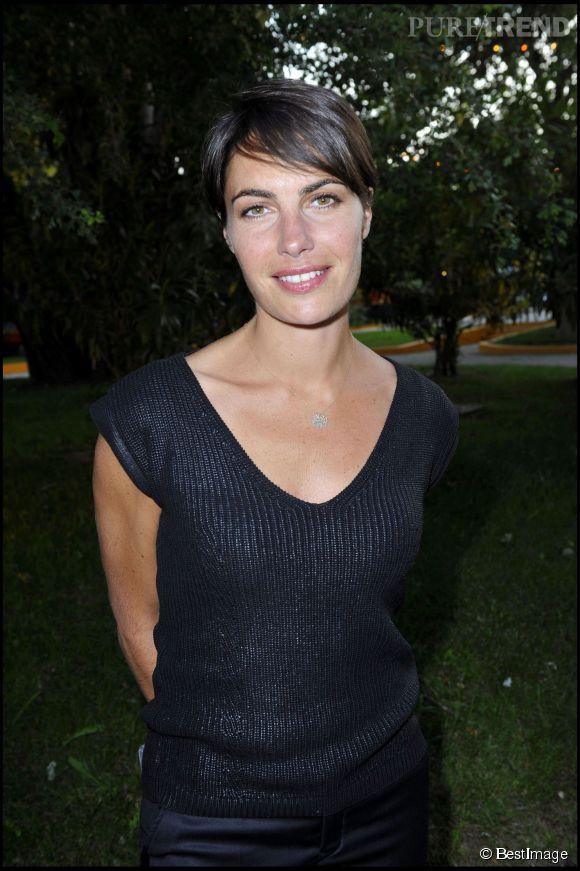 Alessandra Sublet avec sa jolie coupe courte en 2010. La frange encadre son regard et apporte de la féminité.