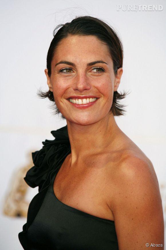 Alessandra Sublet sort le grand jeu en 2009 pour le festival de la télé de Monte-Carlo. Coiffure plaquée wet look et bronzage doré, elle est resplendissante.