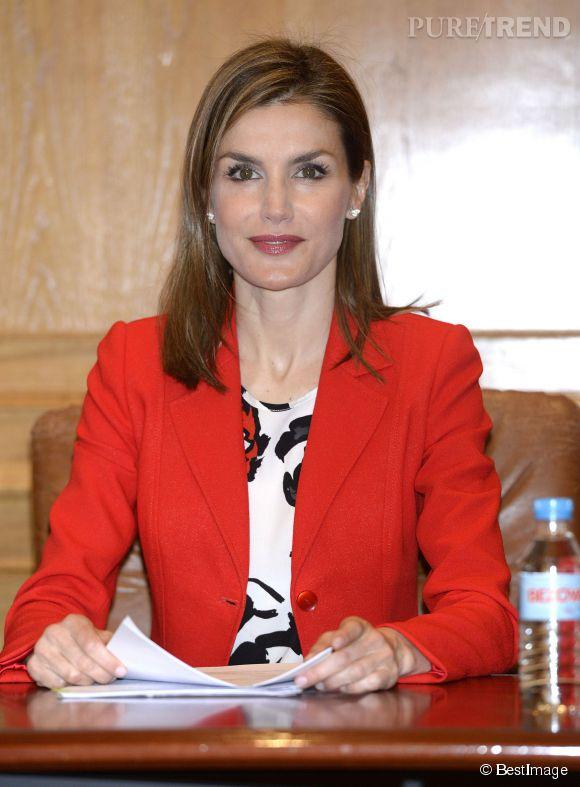 Letizia d'Espagne mise sur la couleur avec un blazer rouge vif.