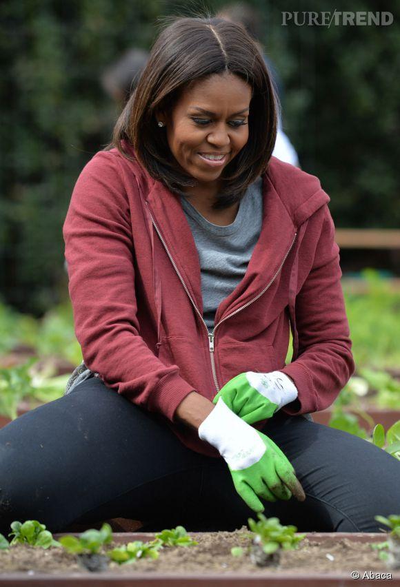 Elle a beau être first lady, Michelle Obama s'agenouille dans la terre pour défendre une bonne cause et éduquer les jeunes Américains.