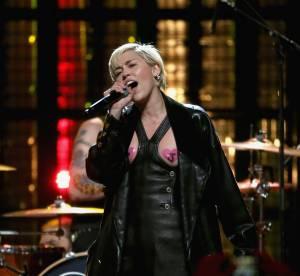 Miley Cyrus : poils sous les bras et tétons à l'air pour Joan Jett
