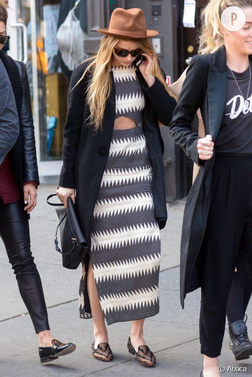 Amber Heard adopte la robe découpée en pleine rue et fait mouche.