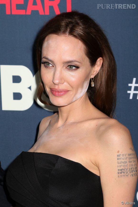 Angelina Jolie victime de la fameuse poudre invisible... Sauf sous les flashs.