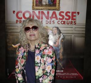 """Amanda Lear, une sexagénaire fleurie pour soutenir """"la connasse""""."""