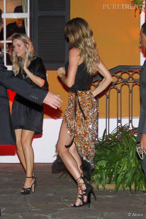 Gisele Bündchen éblouissante dans une jupe à sequins au fendu très sexy.
