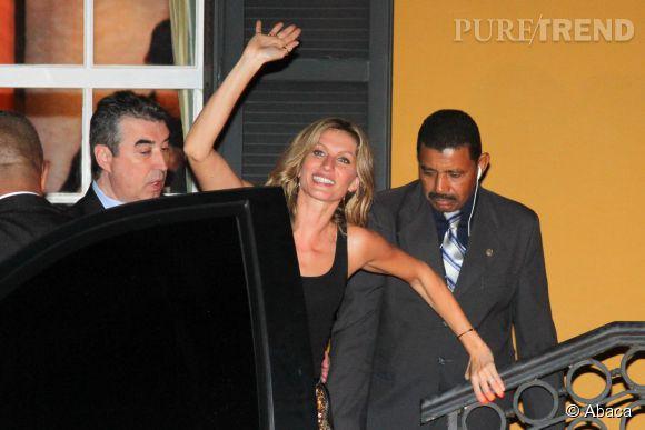 Gisele Bündchen rayonne à la sortie d'un événement organisé par Chanel et  Vogue Brésil .