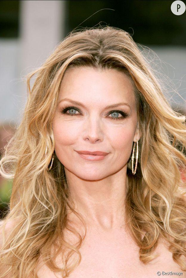 """La jolie blonde, cheveux au vent et regard suligné de khôl pour """"Hairspray"""", en 2007."""