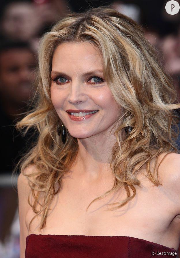 """Michelle Pfeiffer, les traits un peu figés à la première de """"Dark Shadows"""", en 2012."""