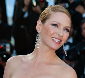 Uma Thurman radieuse sur tapis rouge.