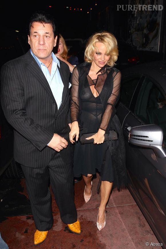 Pamela Anderson a opté pour une robe transparente qui laisse peu de mystère quant à ce qu'elle porte en dessous !