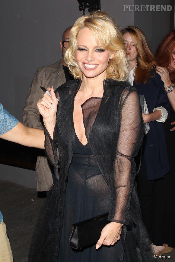 Pamela Anderson a le sourire, elle renoue avec son style d'antan.