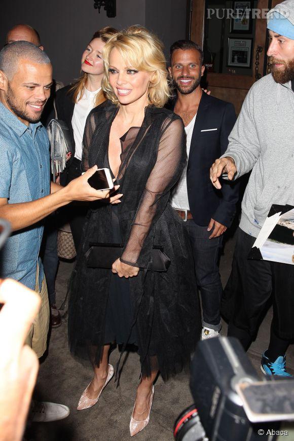 Pamela Anderson est à l'écoute de ses fans et n'hésite jamais à signer quelques autographes.