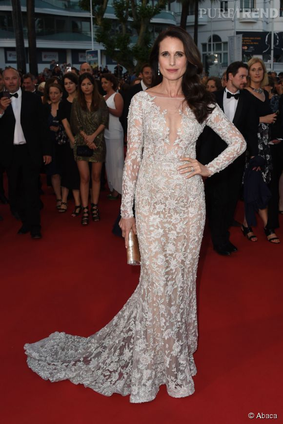 Andie MacDowell ose la transparence dans une robe blanche Ralph & Russo.