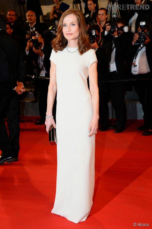 Isabelle Huppert, toujours aussi élégante dans sa longue robe blanche, lors de la 68ème édition du Festival de Cannes.