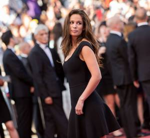 En simple et élégante petite robe noire, Lucie Lucas démontre ce qu'est le chic à la française.