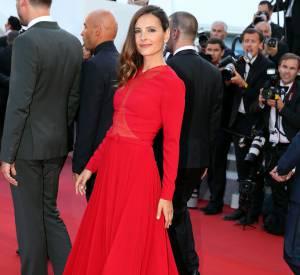 Virginie Ledoyen en robe rouge, chaussée en Longchamp et parée de bijoux Montblanc, à la 68ème édition du Festival de Cannes.