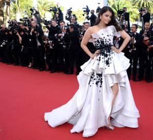 """Aishwarya Rai porte une robe Ralph & Russo Couture et des sandales Jimmy Choo lors de la montée des marches de """"Youth"""" le 20 mai 2015 à Cannes."""