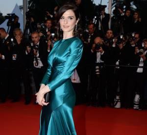 """Rachel Weisz en Prada et bijoux Chaumet lors de la montée des marches de """"Youth"""" le 20 mai 2015 à Cannes."""