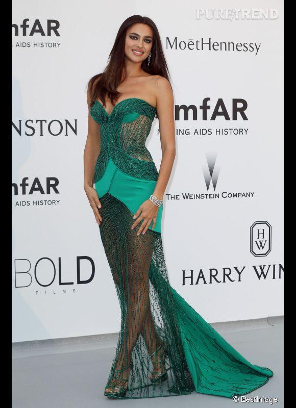 Irina Shayk en Atelier Versace et bijoux Harry Winston au 22ème gala de l'amfAR Cinema against AIDS le 21 mai 2015 à Cannes.