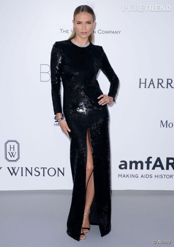 Natasha Poly en robe fourreau noir, bijoux Van Cleef & Arpels chaussée par Giuseppe Zanotti Design au 22ème gala de l'amfAR Cinema against AIDS le 21 mai 2015 à Cannes.