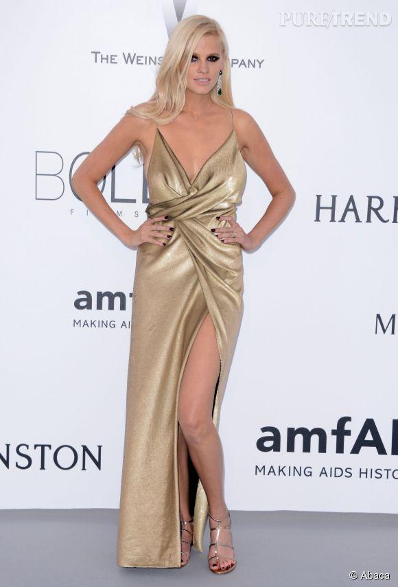 Lara Stone en au 22ème gala de l'amfAR Cinema against AIDS le 21 mai 2015 à Cannes avec ses sandales signée Jimmy Choo.