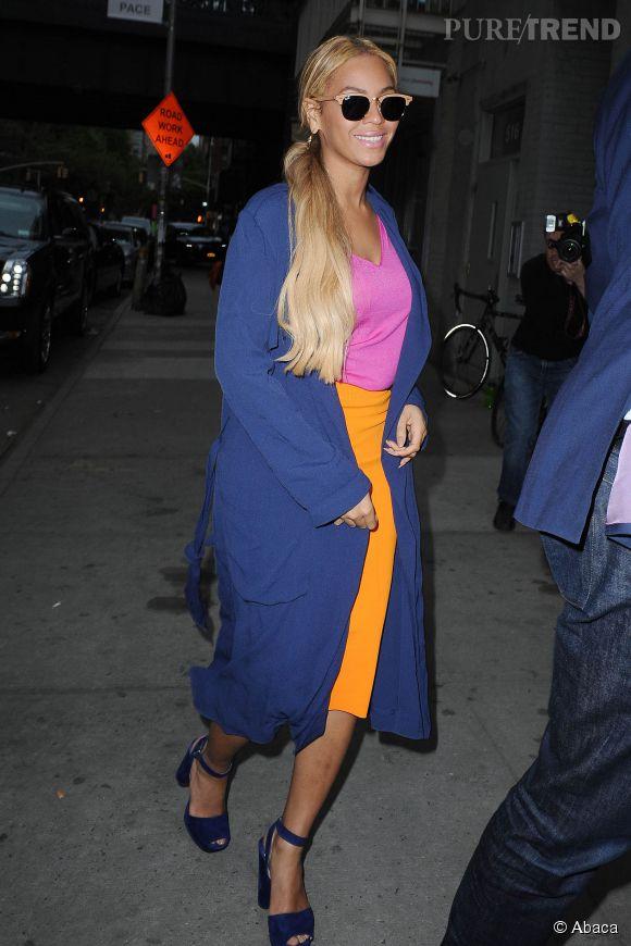 Beyoncé peut tout porter. Même une jupe jaune avec un T-shirt rose et un long gilet bleu.