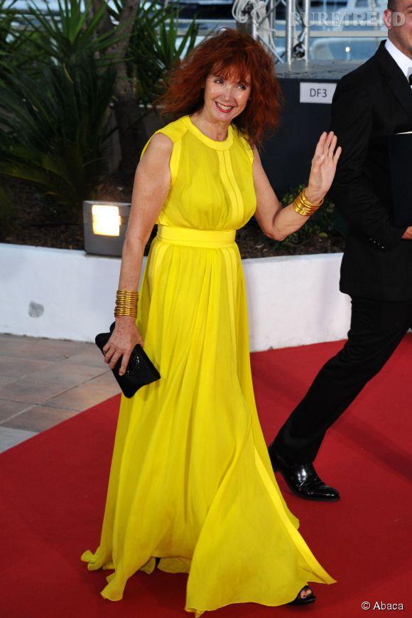 Sabine Azéma, pétillante et même explosive en robe jaune.