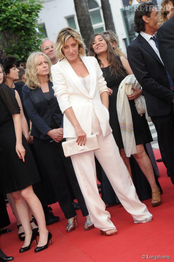Valeria Bruni-Tedeschi porte une pochette Longchamp lors de la cérémonie de clôture du Festival de Cannes 2015.
