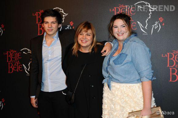 """Michèle Bernier et ses enfants Enzo et Charlotte Gaccio à la première de la comédie musicale """"La Belle et la Bête"""" en novembre 2013."""