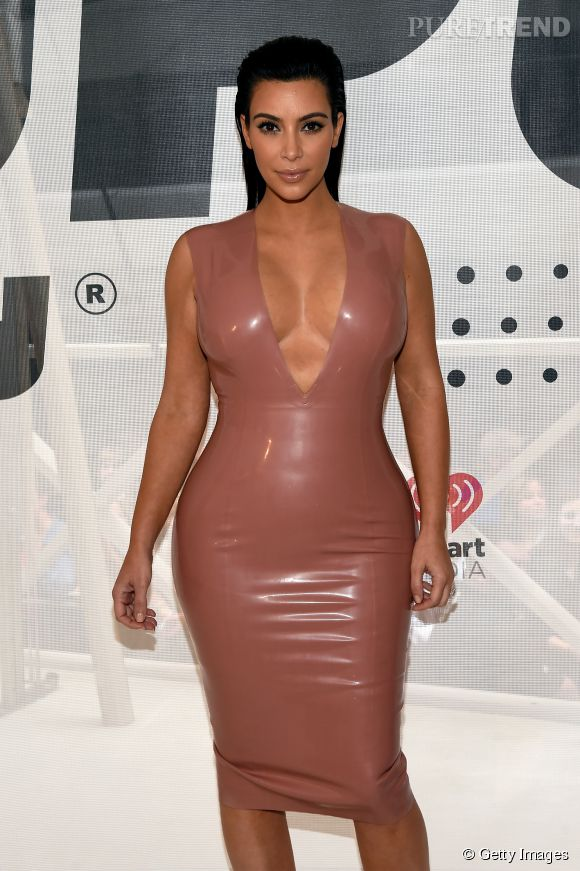 Kim Kardashian profite de ne pas avoir encore de ventre pour porter ses robes les plus moulantes.