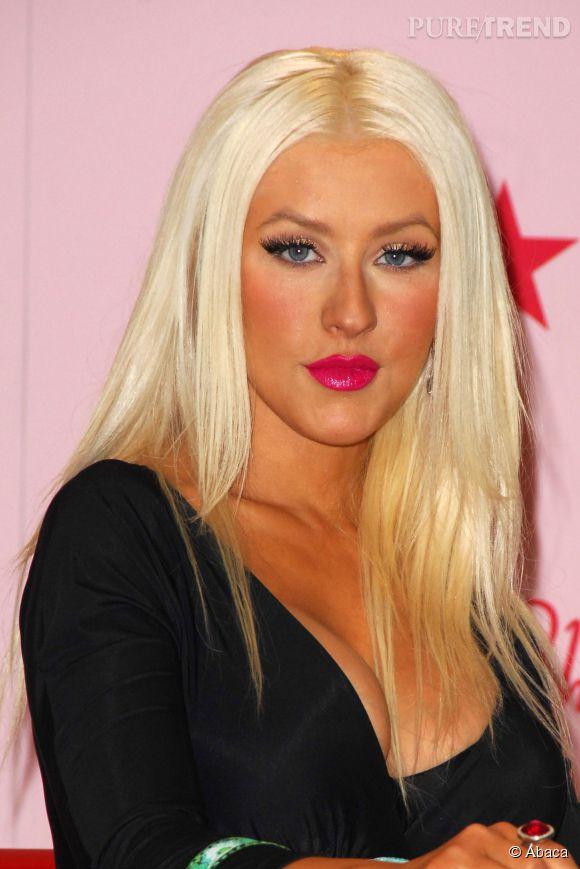 Pour éviter de ressembler à un clown comme Christina Aguilera, vaut mieux y aller mollo avec le blush.