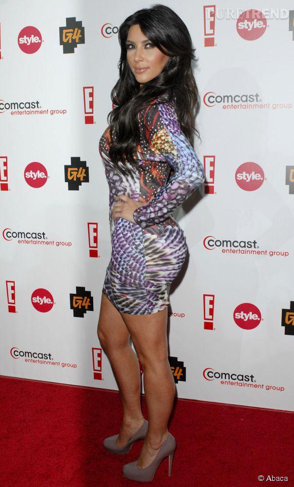 L'anti-cernes blanc de Kim Kardashian contraste avec la couleur de son teint, pas glamour.
