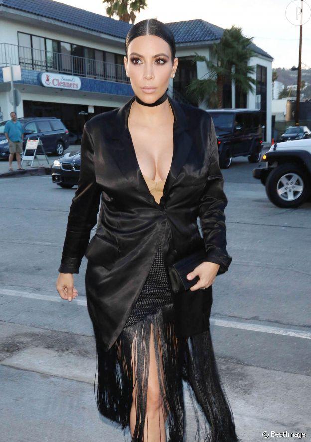 Kim Kardashian aurait mieux fait d'éviter de porter une veste en satin, cela accentue les rondeurs...