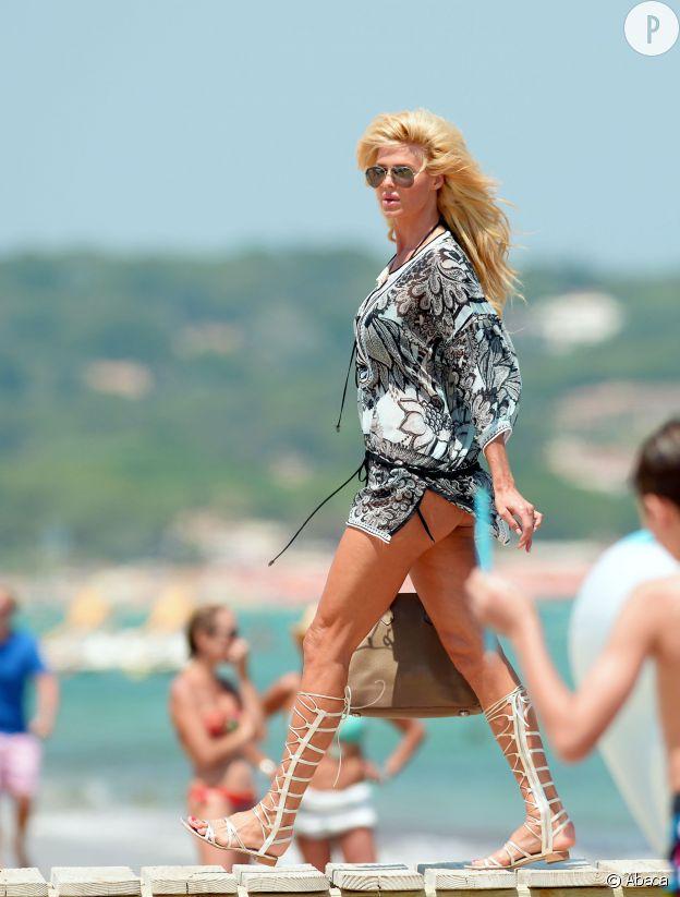 Victoria Silvstedt, tenue courte et fesses à l'air à St-Tropez : la bombe se révèle toujours aussi sexy.