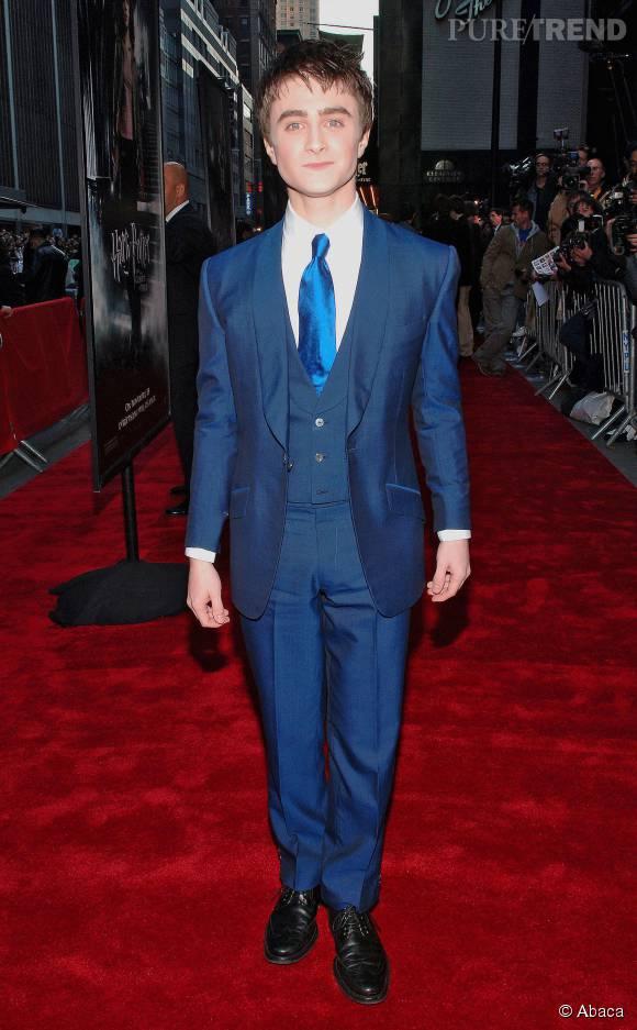 daniel radcliffe se transforme l 39 acteur est plut t chic dans ce costume trois pi ces bleu. Black Bedroom Furniture Sets. Home Design Ideas
