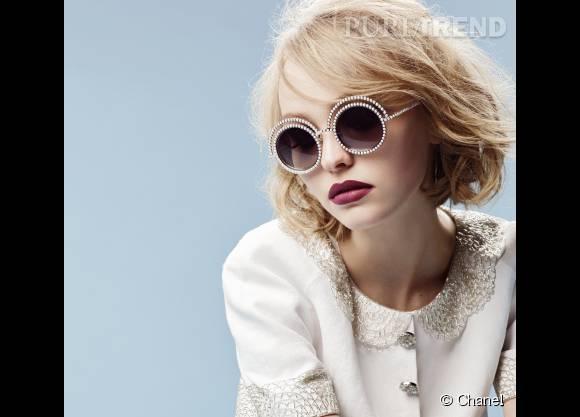 """Lily-Rose Depp, ambassadrice des lunettes """"Perle"""" de Chanel."""