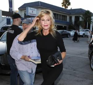 En total look noir, Melanie Griffith affiche une silhouette parfaite.